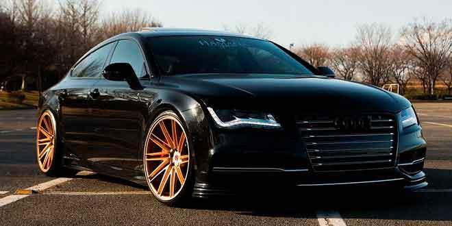 Тотально черный Audi RS7 на золотистых дисках Vossen