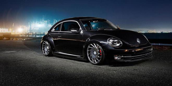 Глянцевый черный Volkswagen Beetle на дисках Vossen