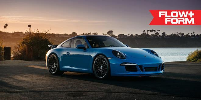Яркий голубой экземпляр Porsche 911 на черных дисках HRE Wheels