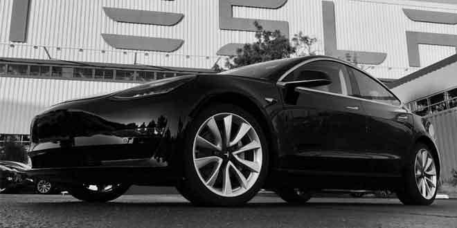 Первая Tesla Model 3 сошла с конвейера