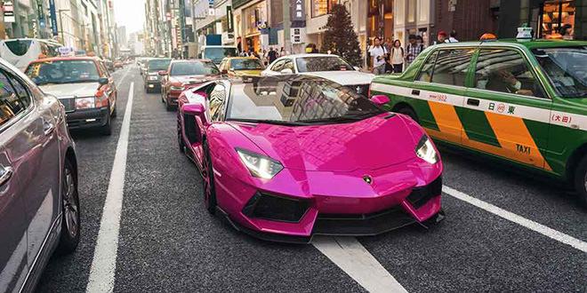 Тотально розовый Lamborghini Aventador на фото в Токио