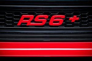 Надпись RS6+ на радиаторной решетке