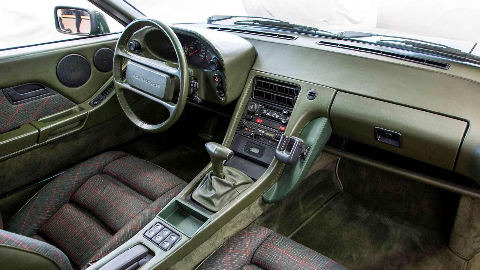 Зеленая кожа в салоне Porsche 928-4