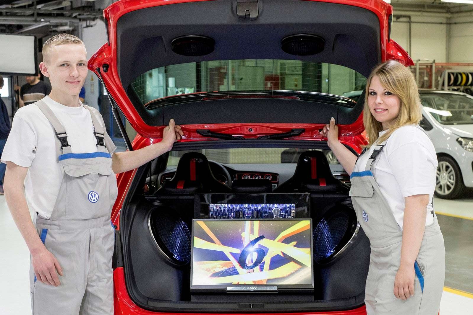 Телевизор в багажнике VW Golf GTI Wolfsburg Edition 2014 г.