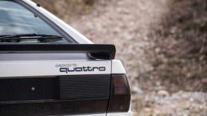 Надпись Sport Quattro на крышке багажника