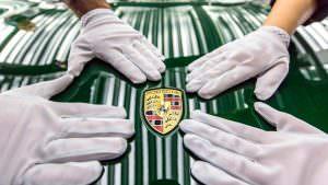 Логотип Porsche 911 на капоте