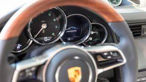 Приборная панель миллионного Porsche 911 Carrera S