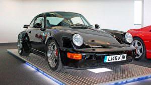 Чёрный Porsche 911 Turbo S Leichtbau 1993 года выпуска