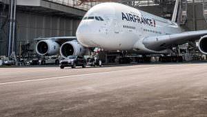 Фото   Порше Кайен буксирует 285-тонный Аирбус А380
