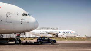 Фото   Porsche Cayenne буксирует самолет Airbus A380
