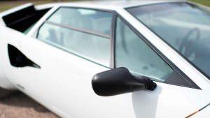 Черные зеркала и белый кузов Lamborghini Countach