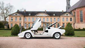 Открытые двери Lamborghini Countach
