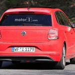 Красный Volkswagen Polo 2018 на дорожных испытаниях