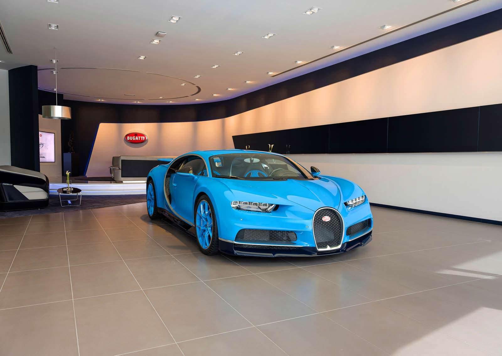Фото   Bugatti Chiron в выставочном зале в Дубае, ОАЭ