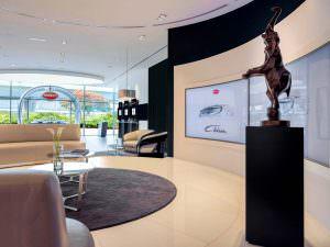 Интерьер выставочного зала Bugatti в Дубае, ОАЭ