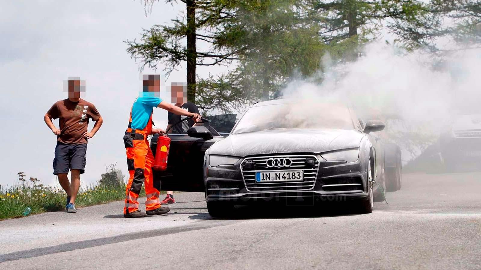 Попытка потушить Audi A7 Sportback с помощью огнетушителя