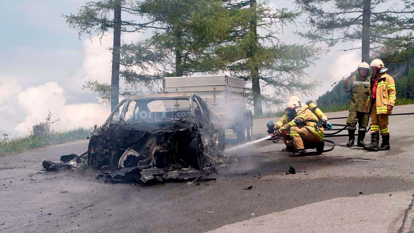 Пожарник тушит Audi A7 Sportback