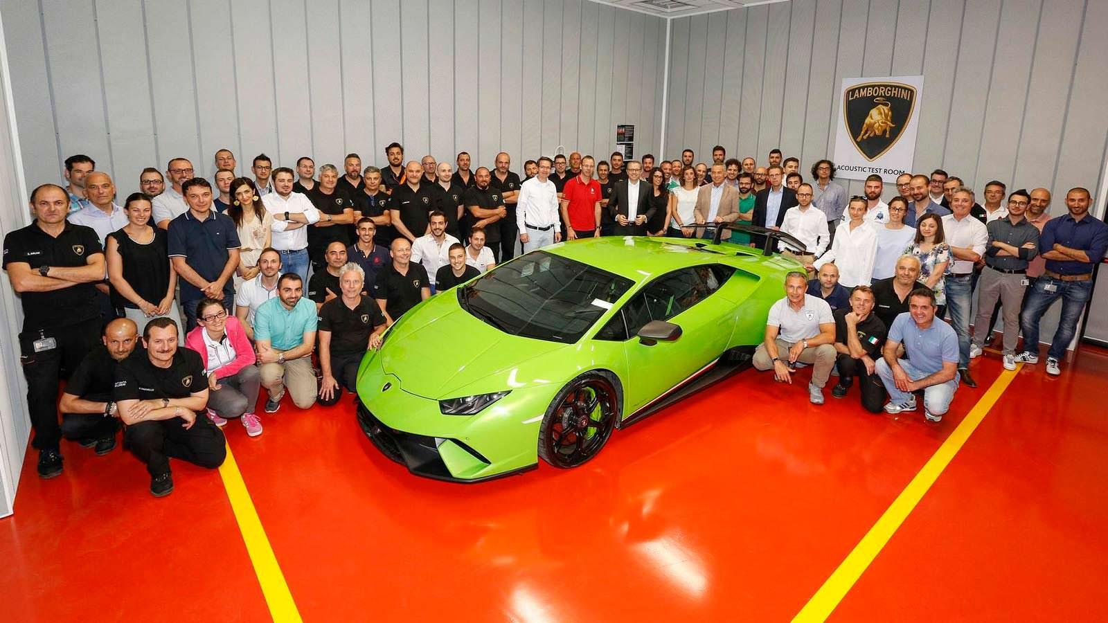 Команда центра акустических испытаний Lamborghini
