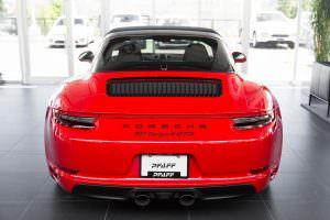 Красный Porsche 911 Targa 4 GTS оттенка Guards Red