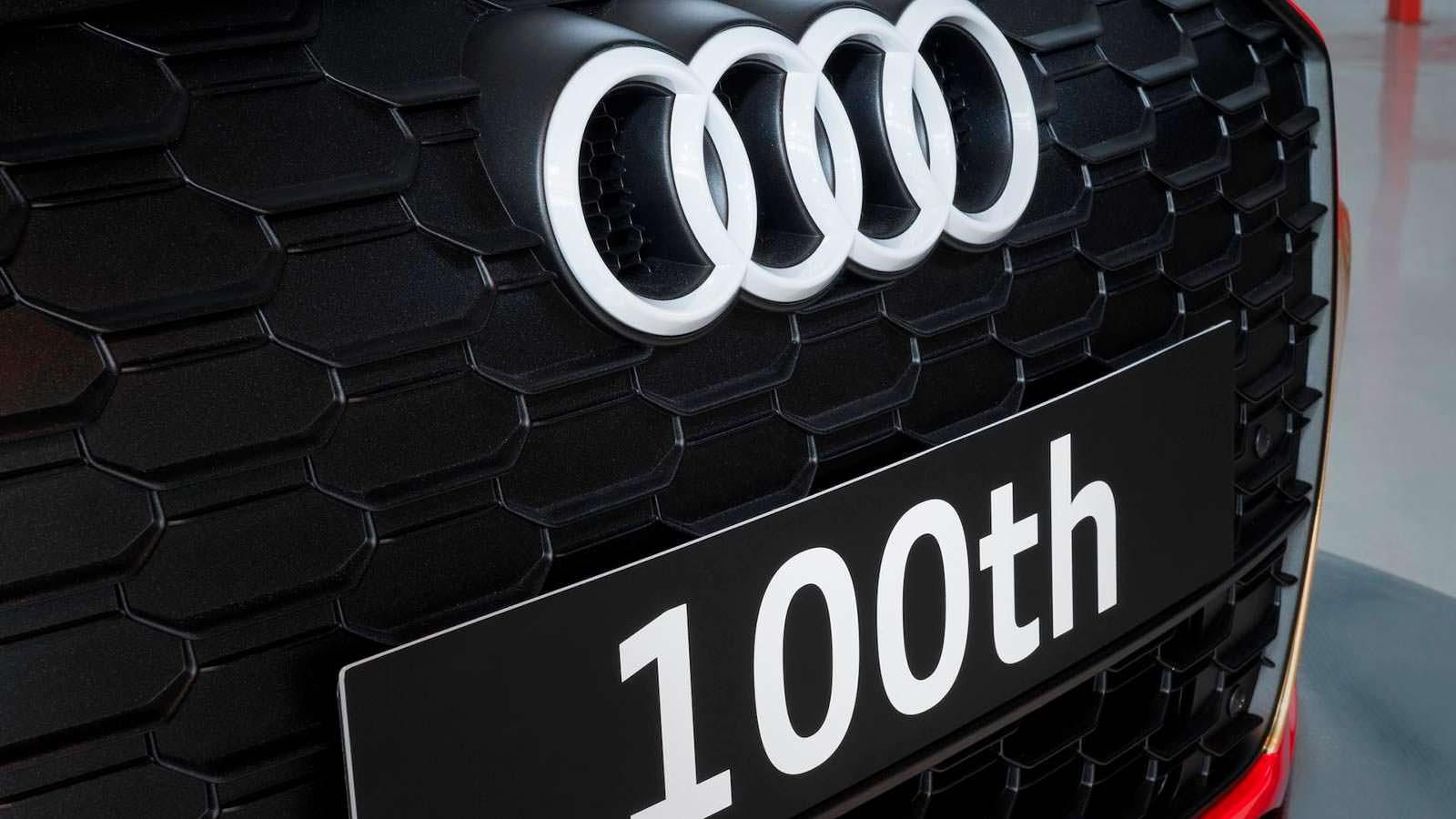 Белые кольца на радиаторной решетке Audi RS3 LMS