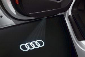 Проекция логотипа Audi из дверей на пол