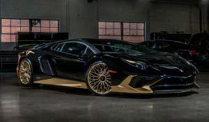 Чёрный с золотистым Lamborghini Aventador SV