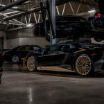 Чёрный Lamborghini Aventador SV на золотых дисках