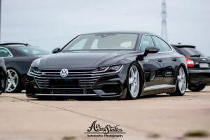 Заниженный чёрный Volkswagen Arteon на дисках Cayenne
