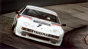 Гоночная Porsche 928 на трассе