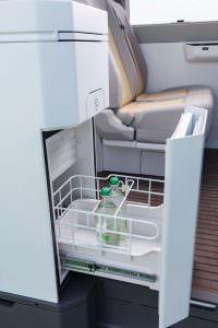 VW California XXL: холодильник в салоне кемпера