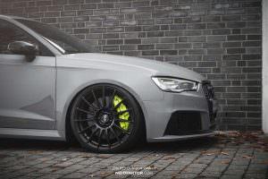 Черные диски и желтые суппорты Audi RS3 от Neidfaktor