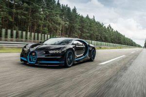 Гиперкар Bugatti Chiron на гоночной трассе