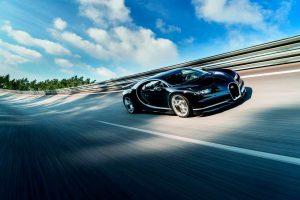 Гиперкар Bugatti Chiron на скорости