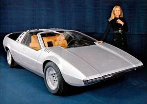 Модель позирует у Porsche Tapiro