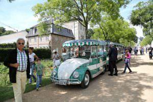 Ретро-автобус Volkswagen Beetle Bähnle в Вольфсбурге