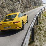 Жёлтая Porsche 911 Carrera Touring
