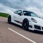 Белый Porsche 911 Carrera 4 GTS British Legends Edition
