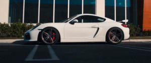 Белый Porsche Cayman GT4. Пятиспицевые диски Vossen HC-1