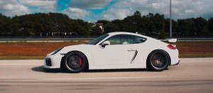 Белый Porsche Cayman GT4