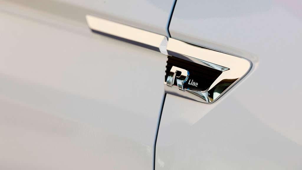Надпись R-Line на крыльях Volkswagen Tiguan 2018