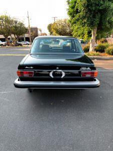 Чёрный седан Audi 100 LS 1974 года выпуска