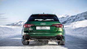 Быстрый универсал Audi RS4 Avant в Швейцарских Альпах зимой