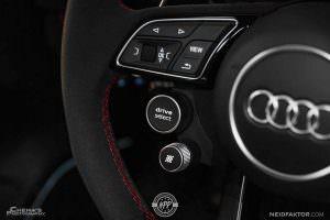 Спортивный руль с кнопками в Audi RS3 Sedan