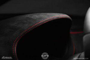 Контрастная красная строчка в салоне Audi RS3 Sedan
