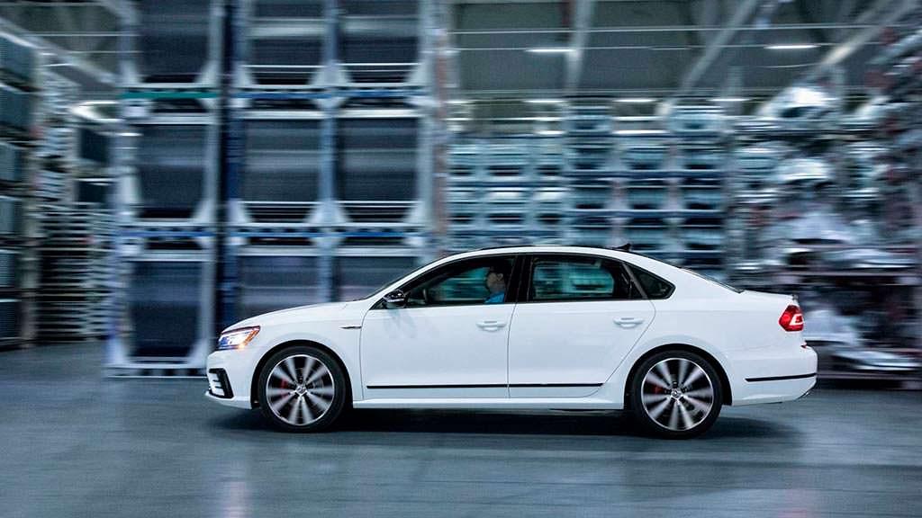Белый Volkswagen Passat GT 2018