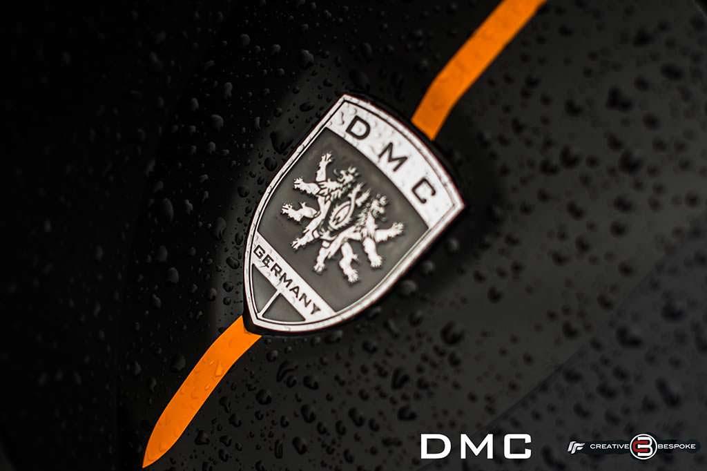 Логотип DMC на капоте Lamborghini Aventador