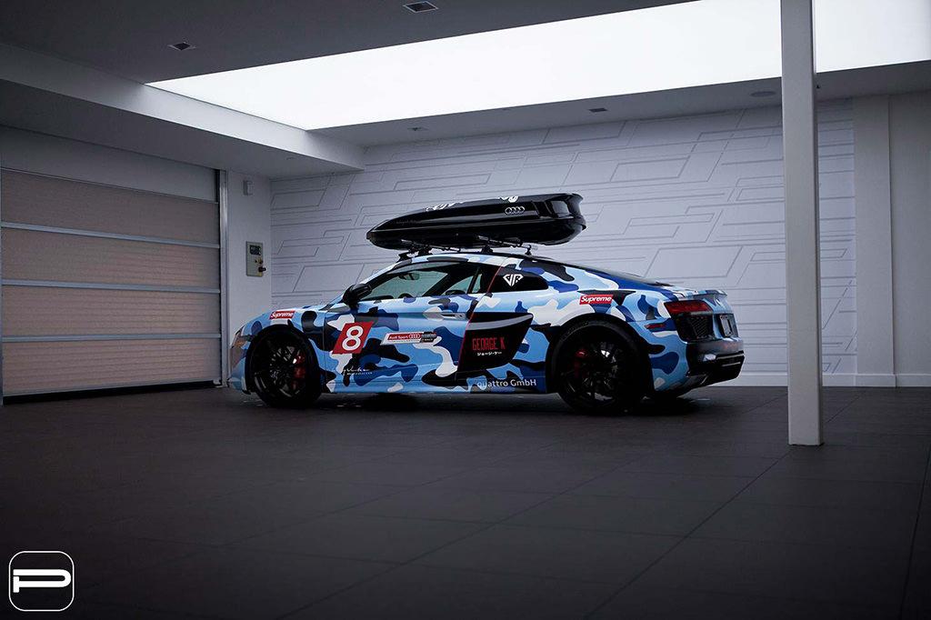 Суперкар Audi R8 с боксом на крыше