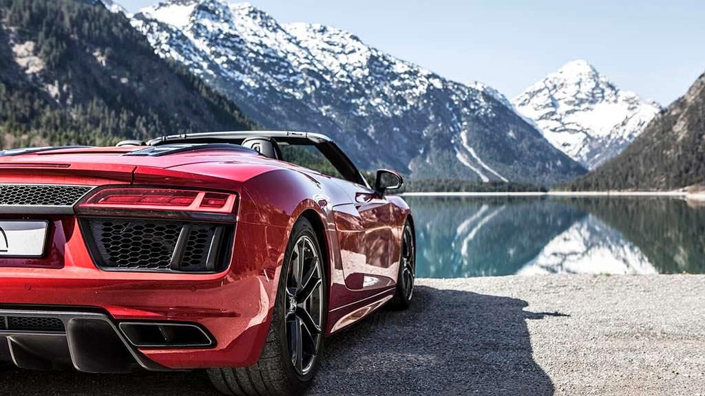 Красная Audi R8 Spyder V10 RWS 2018 года