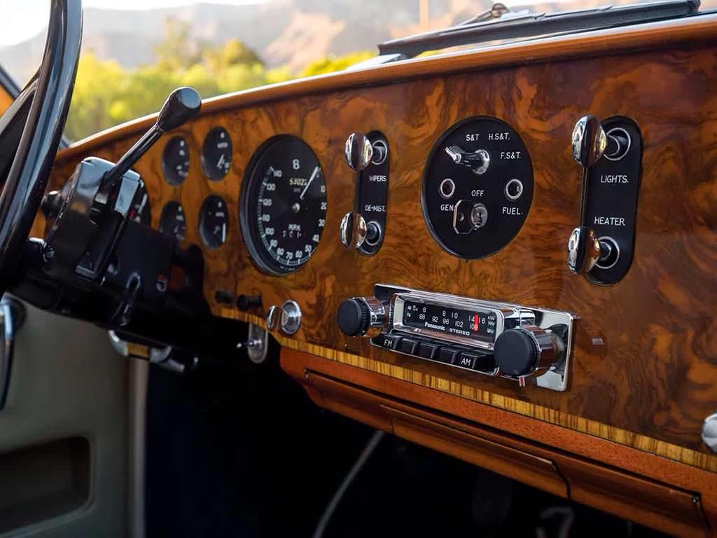 Bentley S1 Continental Drophead Coupe 1956 года. Радио Panasonic