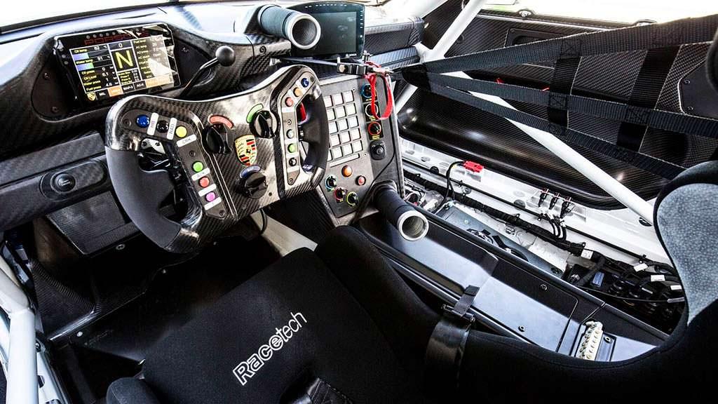 Водительское место Porsche 911 GT3 R 2019